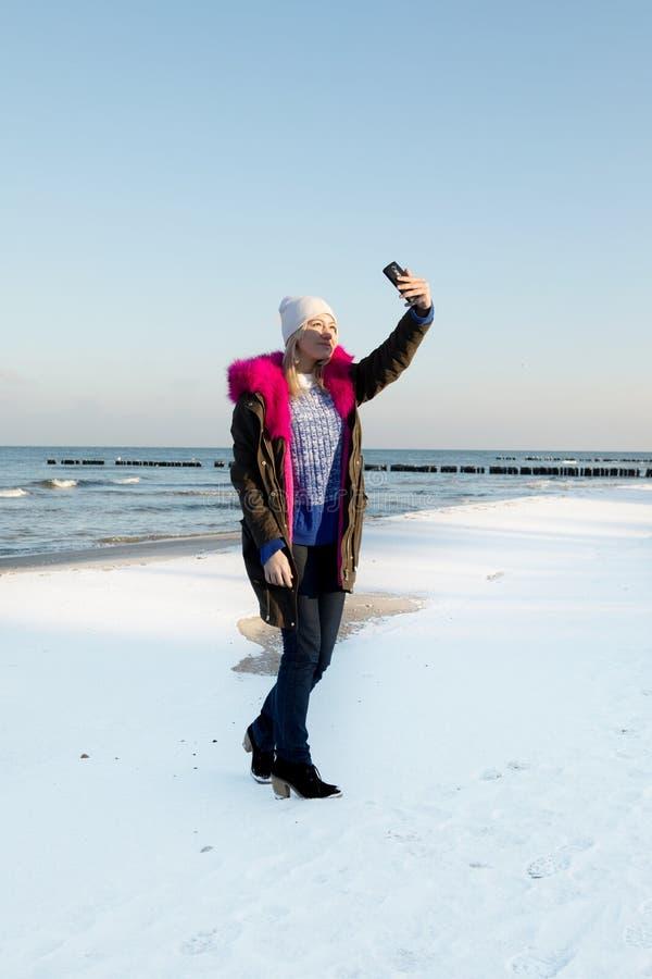 Belle fille de jeune adolescent ayant l'amusement et faisant le selfie photographie stock libre de droits
