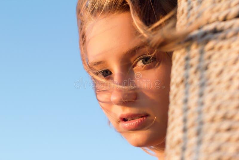 Belle fille de l'adolescence à l'extérieur photo stock