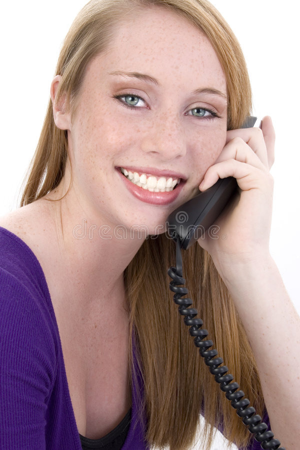 Belle fille de l'adolescence heureuse au téléphone photos stock
