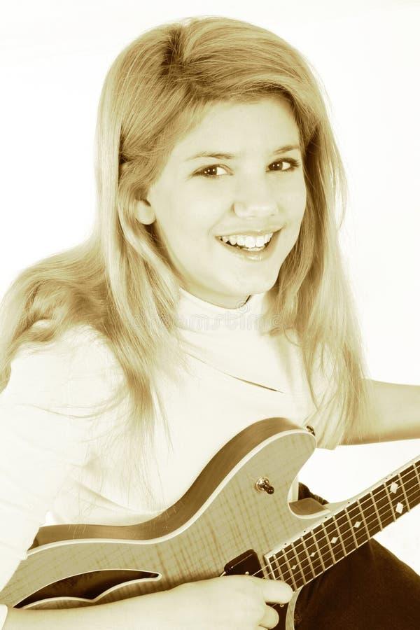 Belle fille de l'adolescence jouant la guitare électrique photos stock