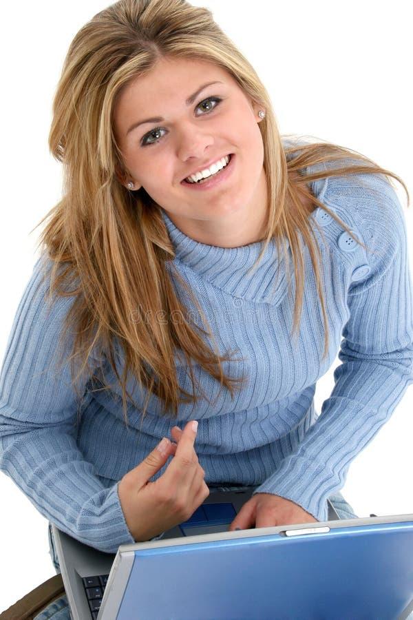 Belle fille de l'adolescence s'asseyant avec l'ordinateur portatif images libres de droits
