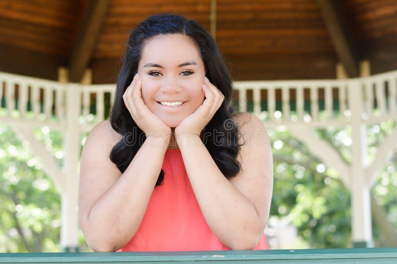 Belle fille de l'adolescence de sourire photographie stock libre de droits