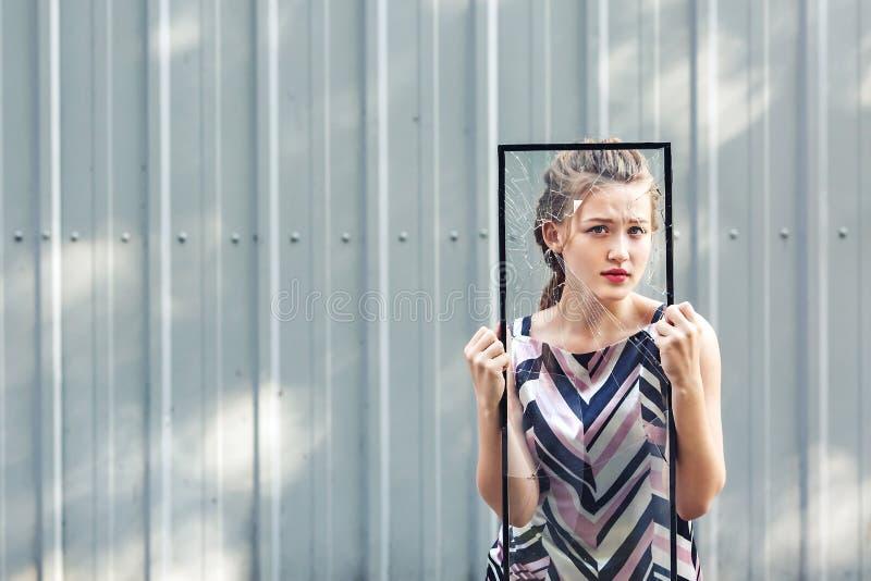 Belle fille de l'adolescence tenant le verre cassé dans des ses mains concept pour arrêter la violence contre des femmes photos stock