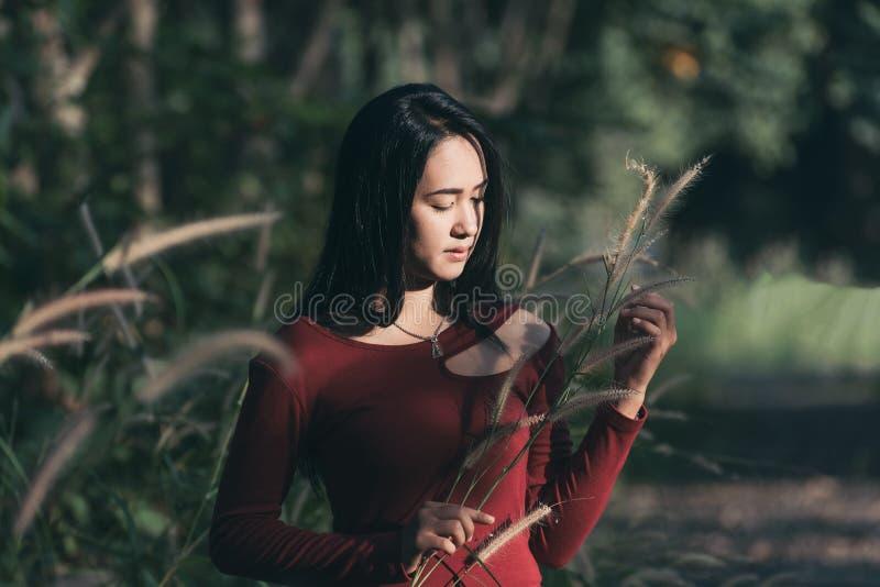 Belle fille de l'Asie en parc photographie stock