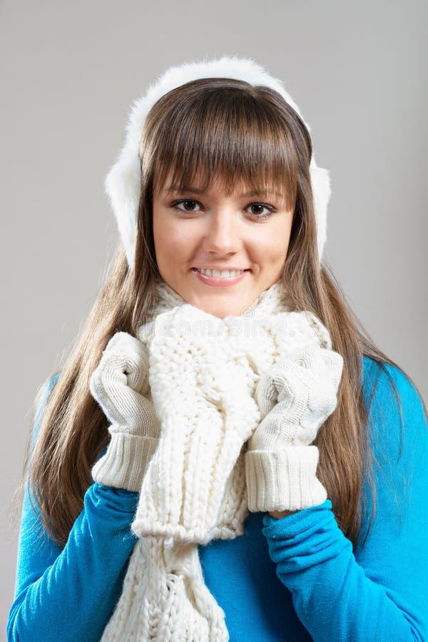 Belle fille de l'hiver dans le manchon d'oreille photographie stock