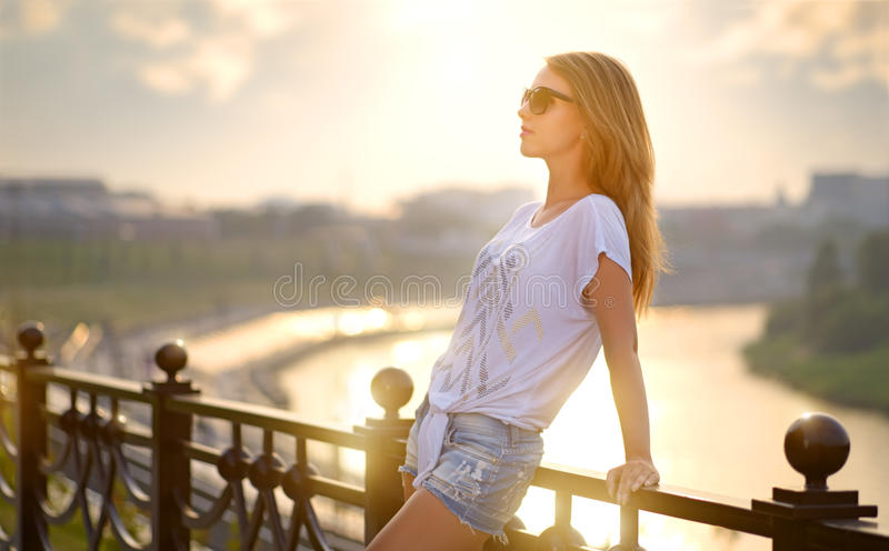 belle fille de mode dans des lunettes de soleil image stock
