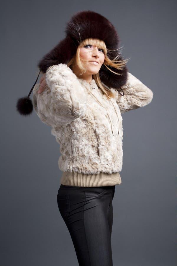 Belle fille de mode de l'hiver photographie stock libre de droits