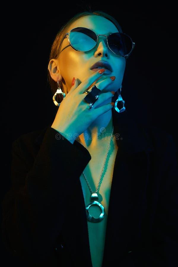 Belle fille de mode en lunettes de soleil et bijoux photos stock