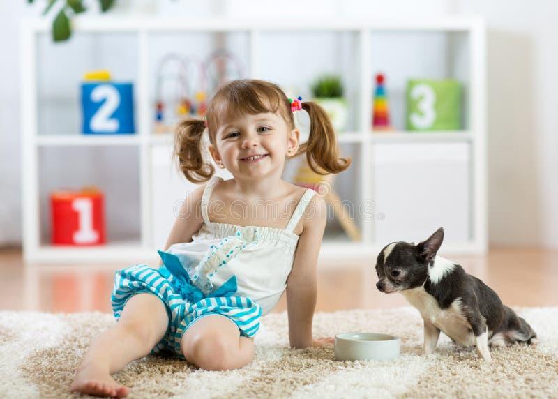 Belle fille de petit enfant et son chien photos libres de droits