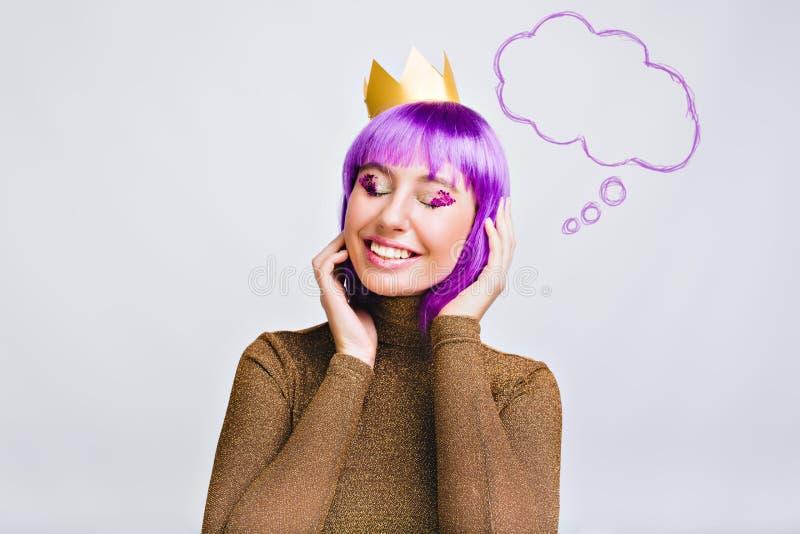 Belle fille de portrait avec la coiffure pourpre dans la couronne d'or dans le studio Elle a la tresse violette sur les yeux ferm photographie stock