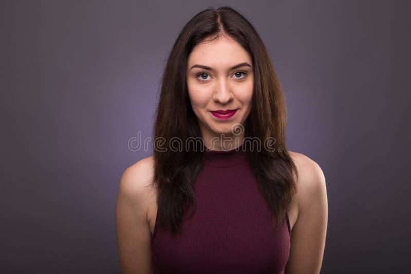Belle fille de portraits dans le studio photos libres de droits