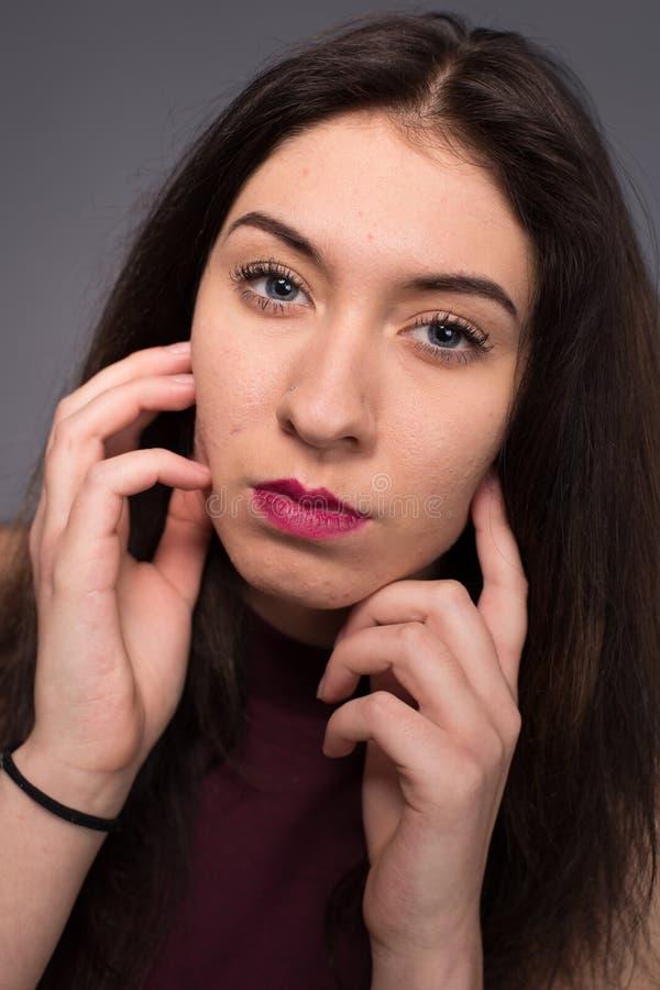 Belle fille de portraits dans le studio images libres de droits