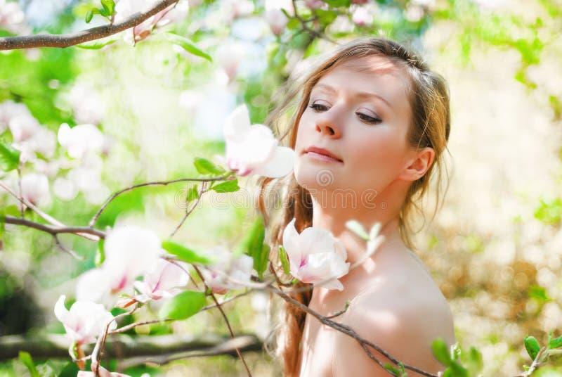 Belle fille de ressort avec des fleurs images stock