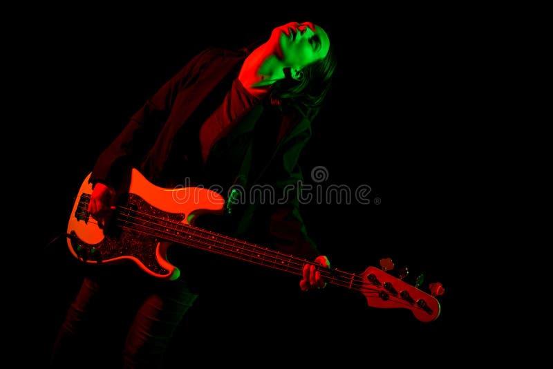 Belle fille de roche jouant la guitare basse images libres de droits