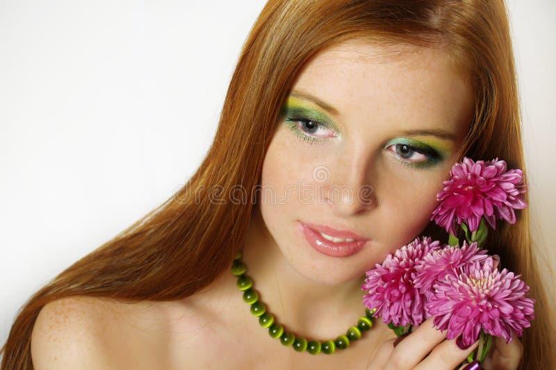 Belle fille de roux avec des farines photos stock