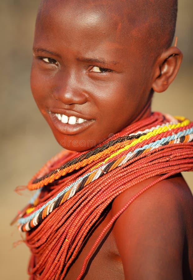 Belle fille de Samburu dans le courrier d'archers, Kenya photo stock