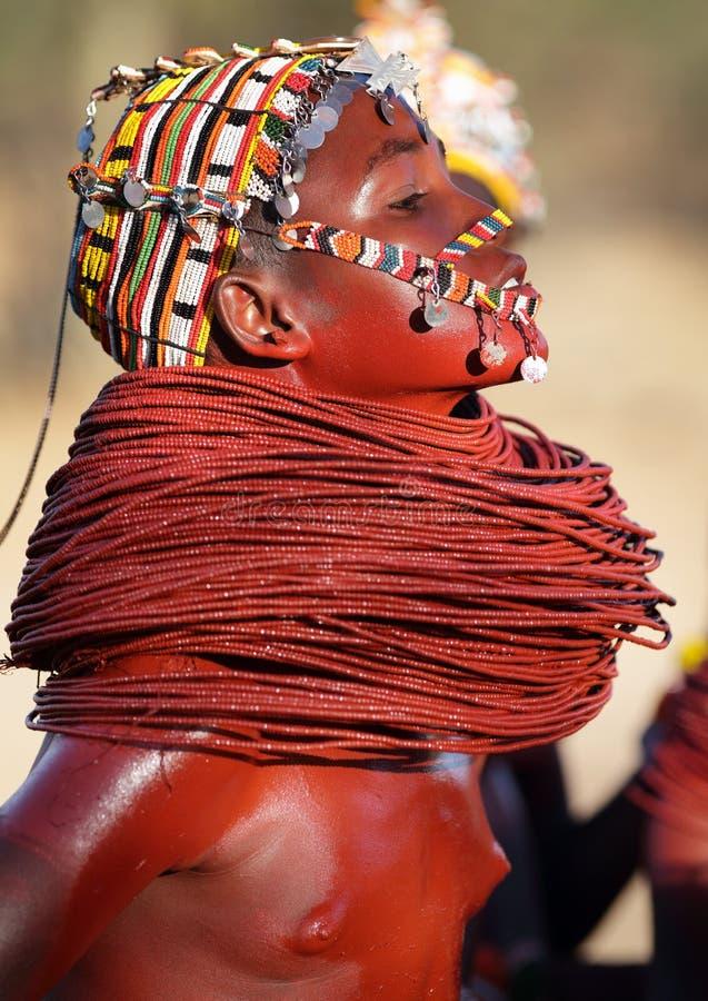 Belle fille de Samburu dans le courrier d'archers, Kenya images libres de droits