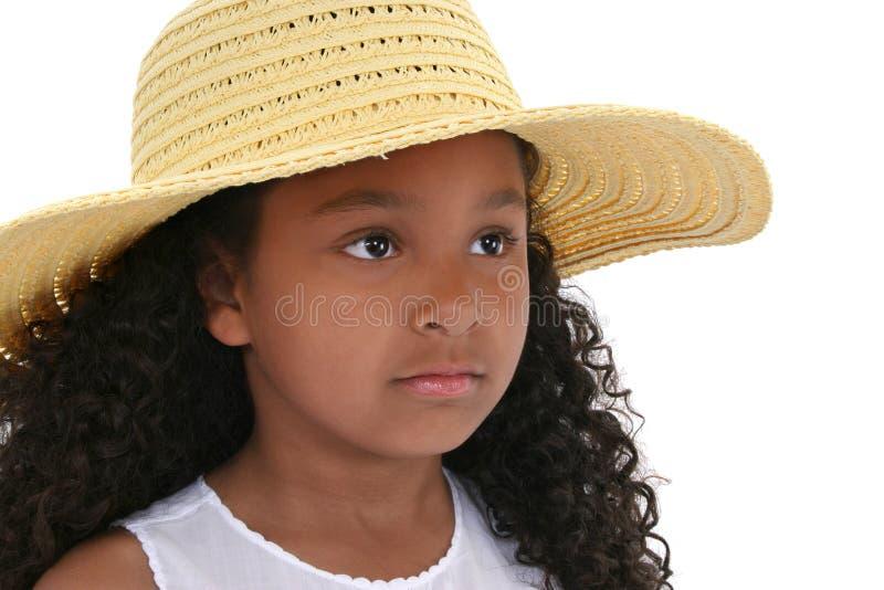 Belle fille de six ans dans le chapeau jaune au-dessus du blanc image libre de droits