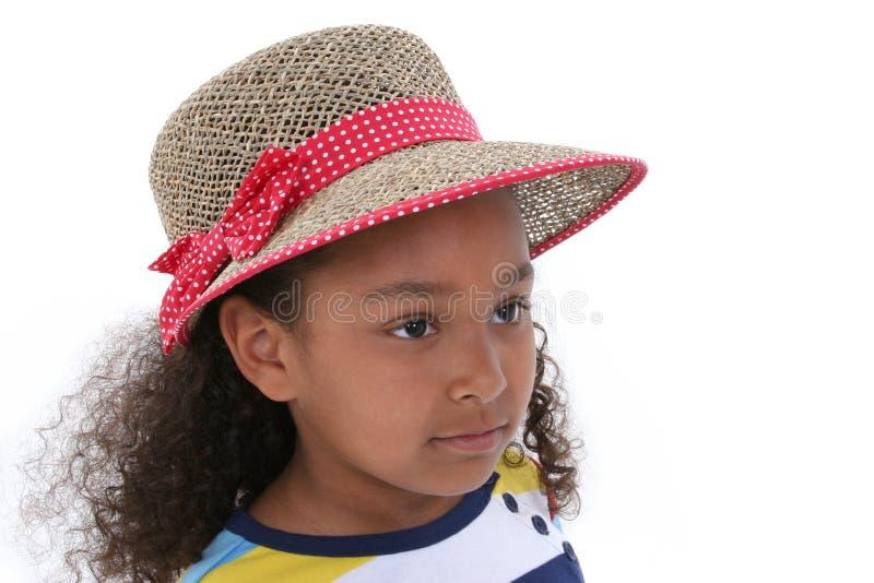 Belle fille de six ans en rouge et chapeau de Tan au-dessus de blanc images stock