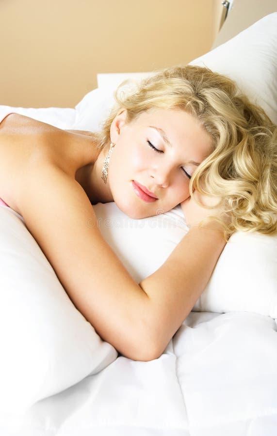 Belle fille de sommeil photographie stock