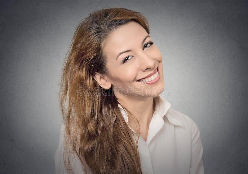 Belle fille de sourire images stock
