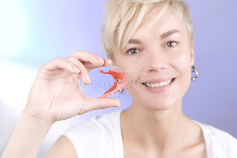 Belle fille de sourire avec l'arrêtoir dentaire pour des dents photographie stock