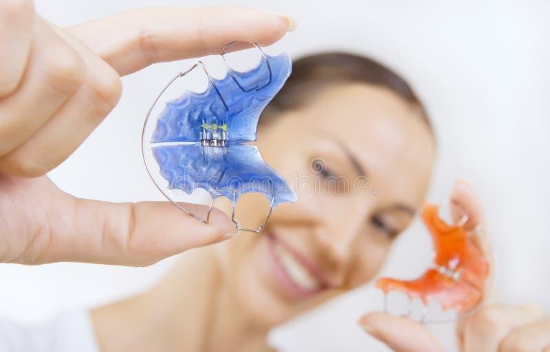 Belle fille de sourire avec l'arrêtoir pour des dents, plan rapproché photo libre de droits