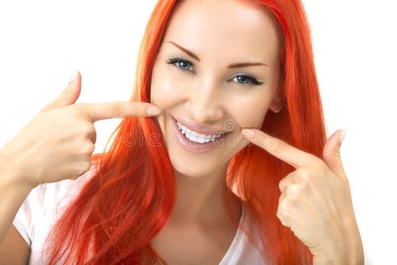 Belle fille de sourire avec l'arrêtoir pour des dents, plan rapproché images stock