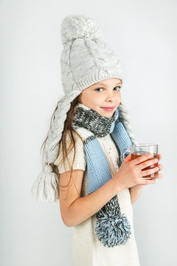 Download Belle Fille De Sourire Heureuse D'hiver Avec La Tasse De Thé Fille Riante Image stock - Image du noël, froid: 45358249