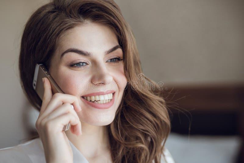 Belle fille de sourire parlant au téléphone photos libres de droits