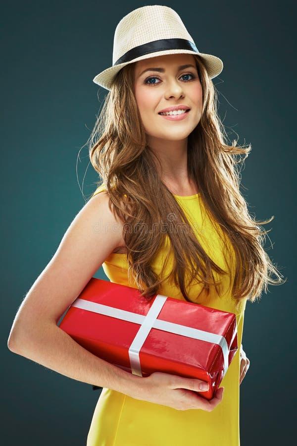 Belle fille de sourire Toothy tenant la boîte actuelle rouge images stock