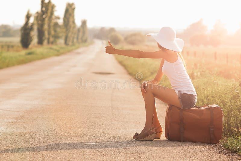 Belle fille de voyageur image stock
