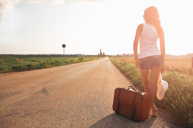 Belle fille de voyageur photo stock