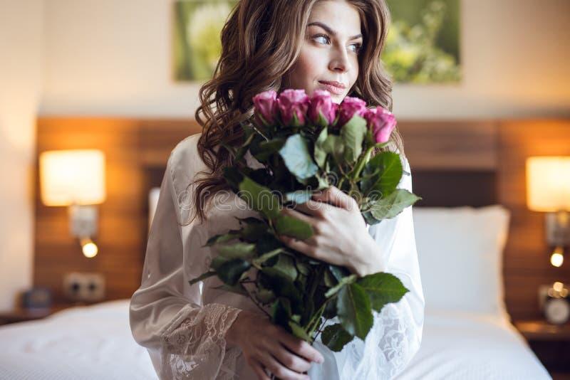 Belle fille de youna avec un bouquet des fleurs photographie stock libre de droits