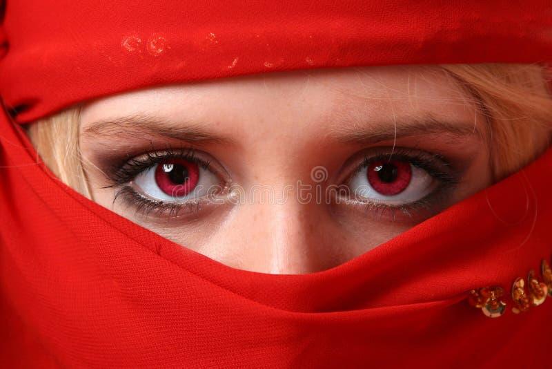 Belle fille derrière une écharpe rouge images stock