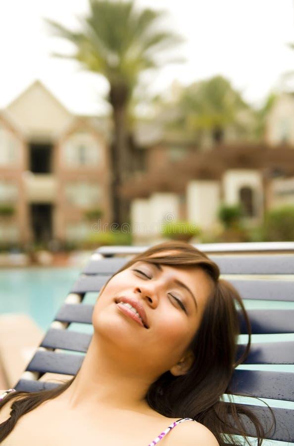 Belle fille dormant du côté du regroupement photos libres de droits