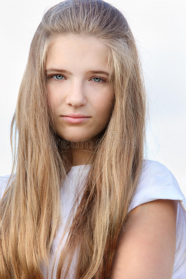 Belle fille douleureuse avec de longs regards de cheveu image stock