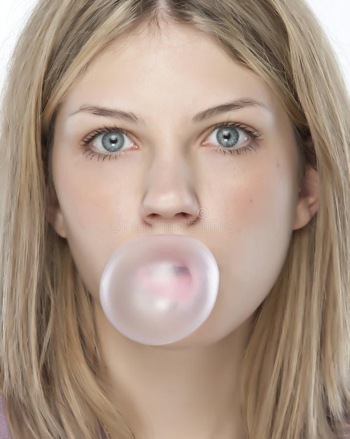 Belle fille effectuant une bulle image libre de droits