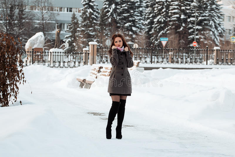 Belle fille en forêt de l'hiver images stock
