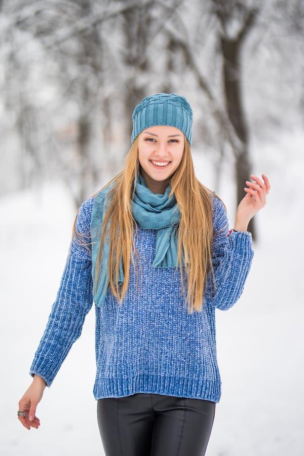 Belle fille en hiver la fille contre des branches de neige la fille dans le beau bois d'hiver la fille avec un beau SMI photos libres de droits