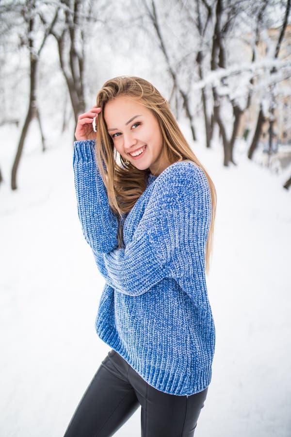 Belle fille en hiver la fille contre des branches de neige la fille dans le beau bois d'hiver la fille avec un beau SMI photographie stock libre de droits