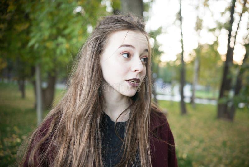 Belle fille en parc Lumière du jour Projectile de verticale photos libres de droits
