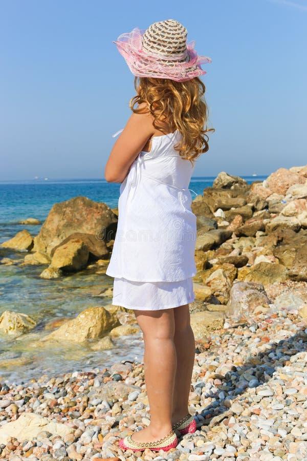 Belle fille en plage d'athene photographie stock libre de droits