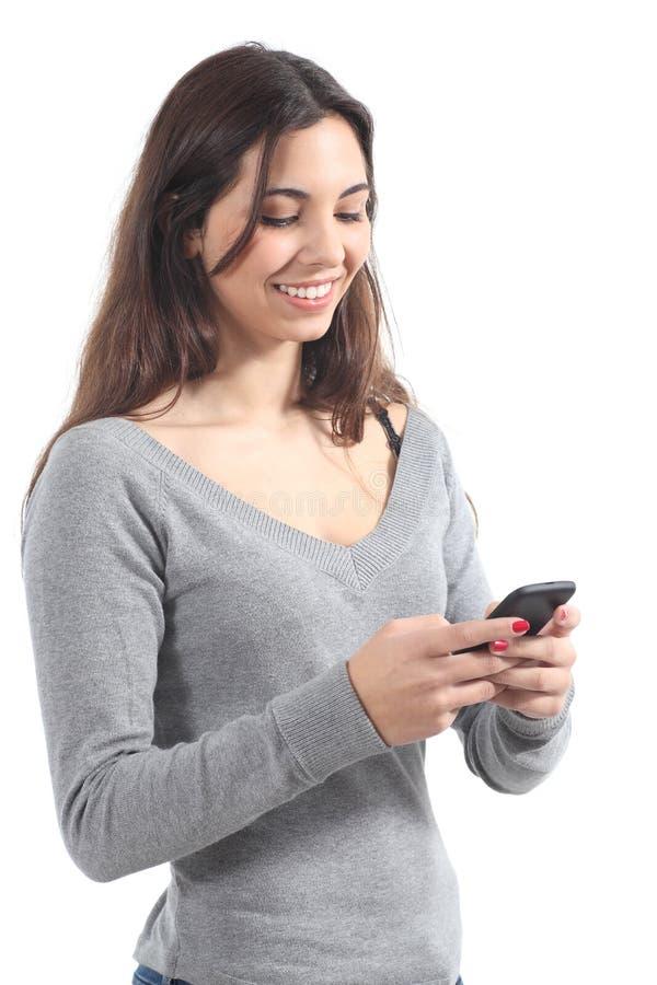 Belle fille envoyant un message avec un téléphone portable photos libres de droits