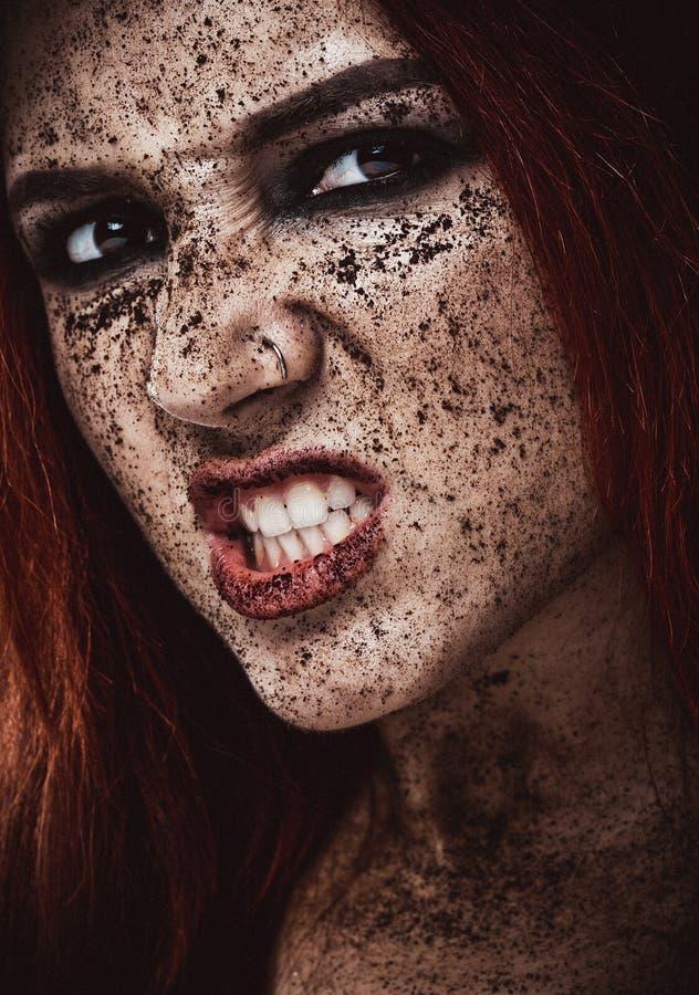 Belle fille européenne avec les cheveux rouges Le portrait d'une jeune femme avec la peau parfaite sur son visage, frottent la pe photos stock