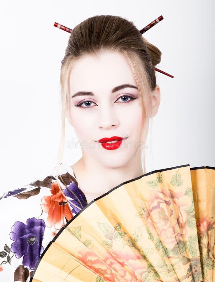 Belle Fille Habill 233 E En Tant Que Geisha Elle Tient Une