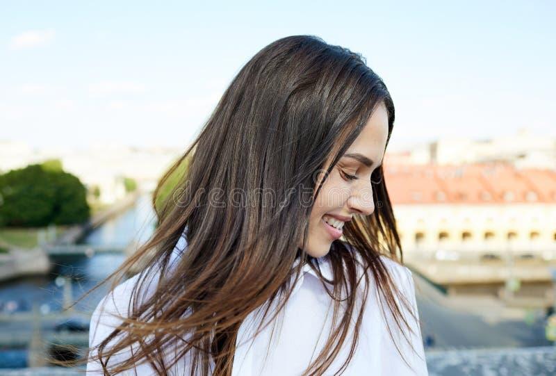 Belle fille heureuse appréciant le vent images libres de droits
