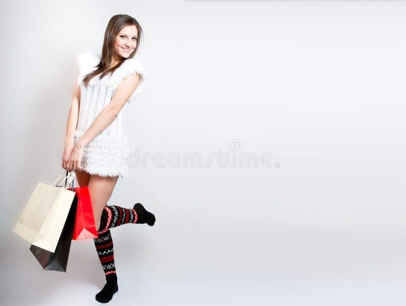 Belle fille heureuse avec des sacs à provisions photo stock