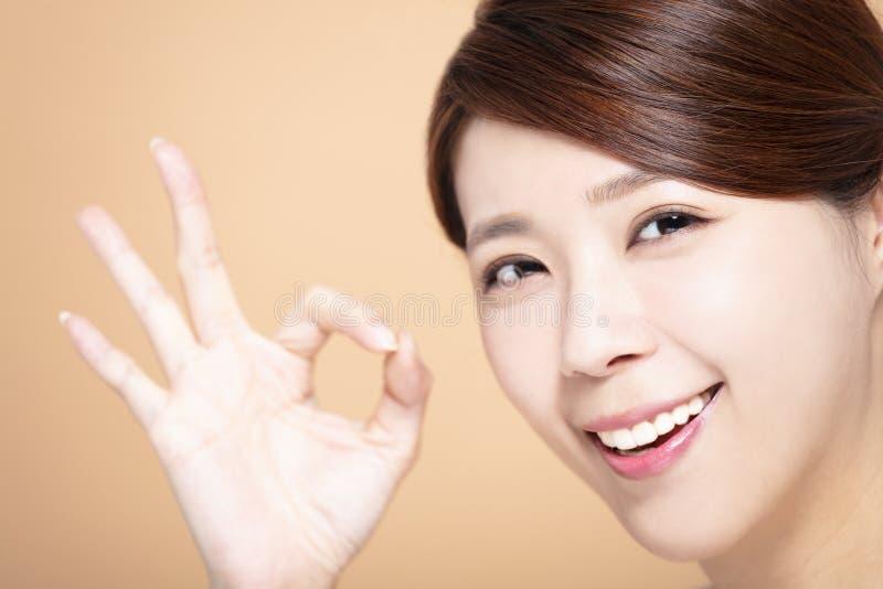 Belle fille heureuse avec le geste correct images stock
