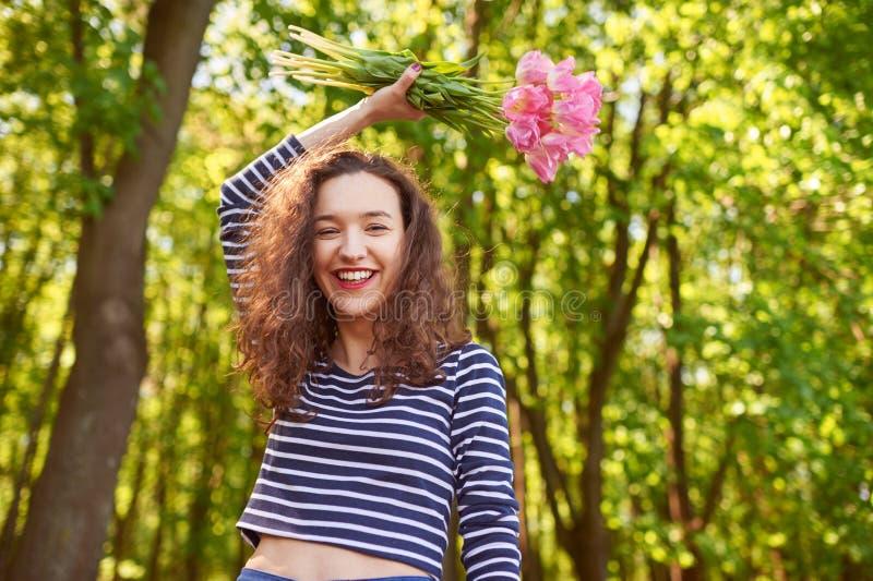 Belle fille heureuse avec les cheveux bouclés rouges dehors photos stock